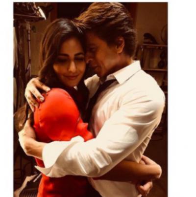 Katrina Kaif and Shahrukh Khan adorable hugging photo from the sets of 'zero'