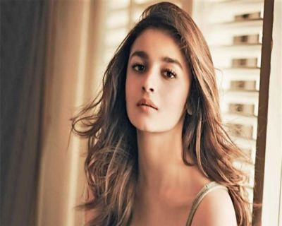 Alia Bhatt supports Kapoor Family, arrives in New York to meet Rishi Kapoor