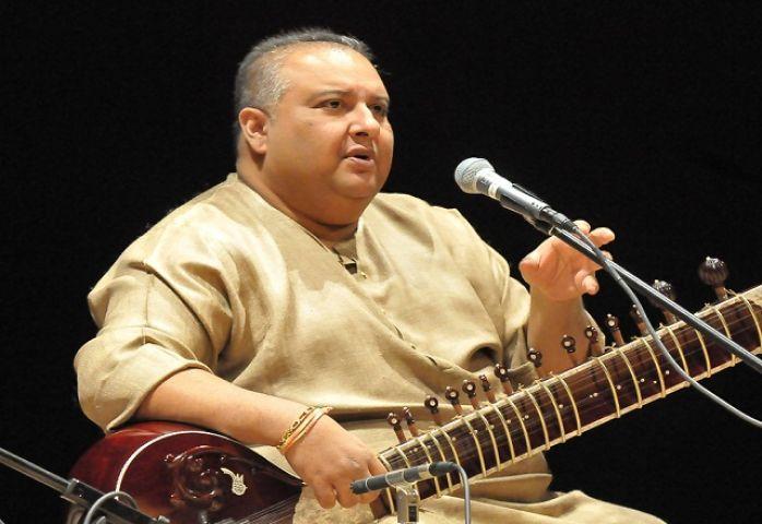 उस्ताद शुजात खान ने बापू का प्रिय भजन गा कर दी गीतांजलि