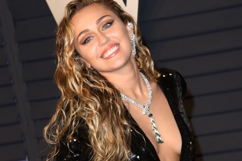 Miley Cyrus gets a haircut by the pool, check out cool pictures
