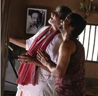 Amitabh Bachchan touch feets of iconic legend of Tamil cinema, Sivaji Ganesan