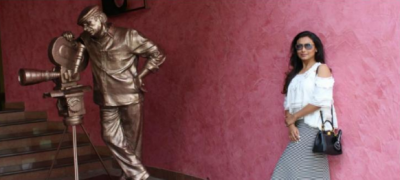 Photo! Rani Mukerji poses with the statue of Yash Chopra