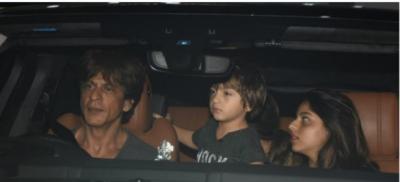 Photo: Shahrukh Khan with the family returned from Kolkata