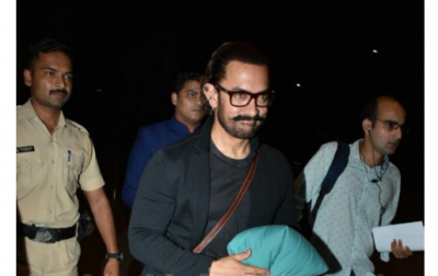 Photo! Aamir Khan all smiles for the media at the airport