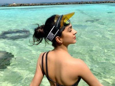 See pic -Kiara Advani turning up the heat  in Black bikini with bare back and flawless beauty