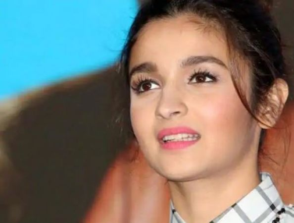 ''Alia is a GUNDI' says father Mahesh Bhatt after watching Gully Boy trailer, check out the Tweet here