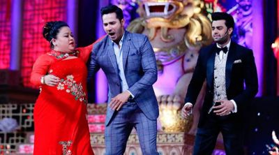 Varun Dhawan Lifts Bharti Singh While Dancing on Stage