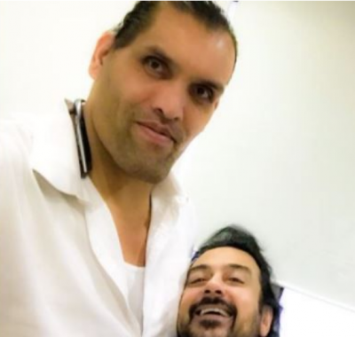 The Great 'Khali' struggle to click a perfect selfie with Adnan Sami