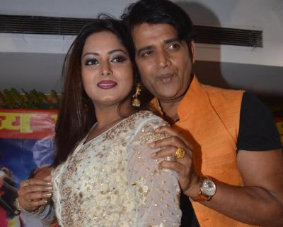 Superhit Bhojpuri couple to ablaze the screen with hot romance