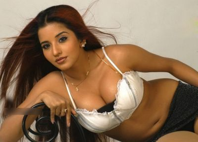 Monalisa raises the temperature in white saree, check out the hot photo here