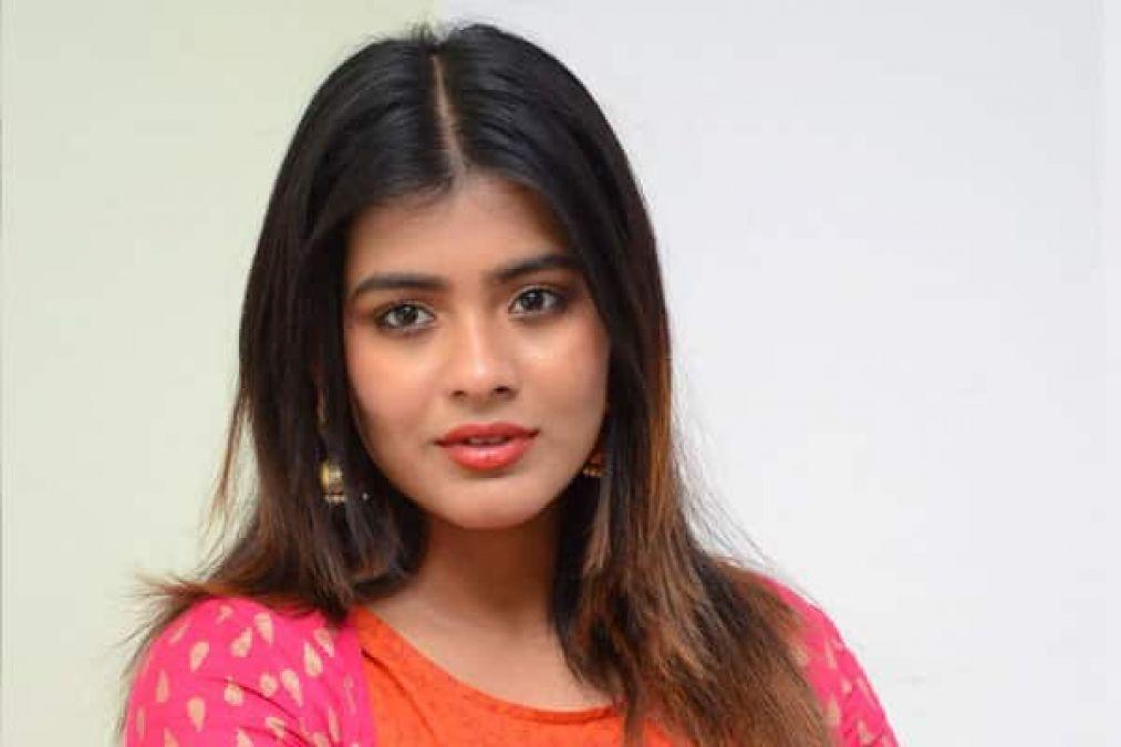 Pic Talk: Actress Hebah Patel flaunts her cleavage