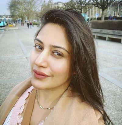 Surbhi Chandna invites frands to have cocktail