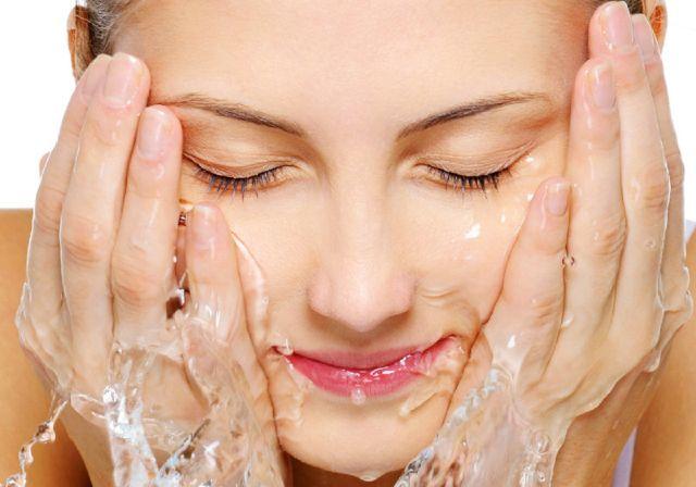 खुद से बनाये अपने चेहरे को धोने का पानी