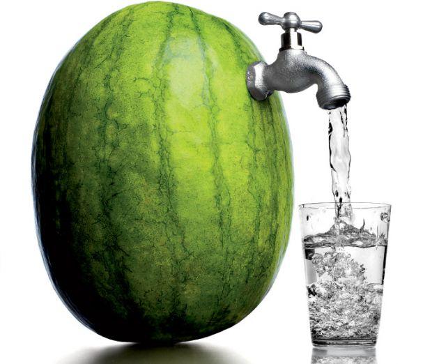 यदि हाइड्रेट रहना है तो पानी पियें नहीं खाएँ