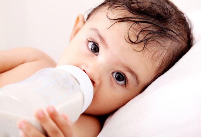 बच्चे को बोतल से दूध पिलाते वक़्त रखे इन बातों का ख्याल