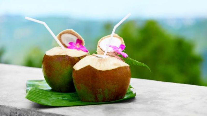 बढ़ती उम्र थम सी जाये नारियल पानी से