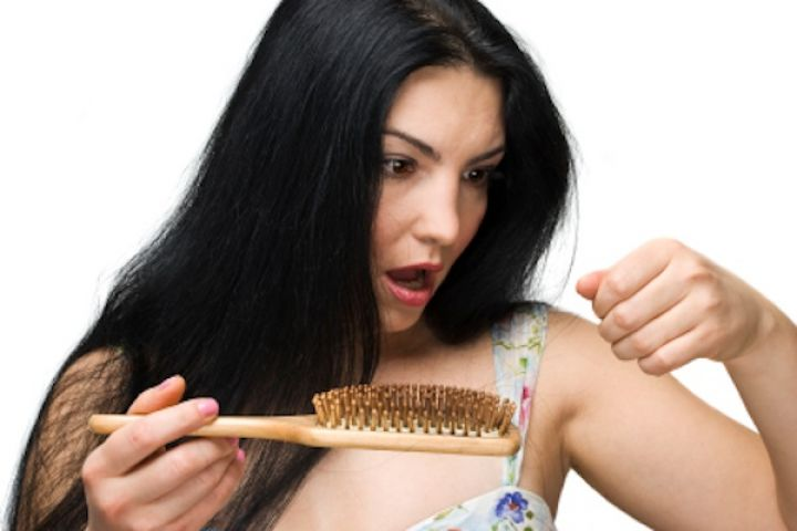 जानिए किस तरह कम हो सकता है आपके बालो का झड़ना