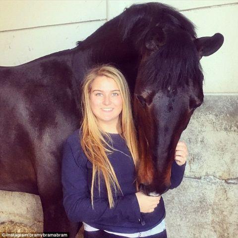 यह अमीर लड़की रोज स्कूल जाती हैं हेलिकॉप्टर से और 3 करोड़ के घोड़े की करती है सवारी