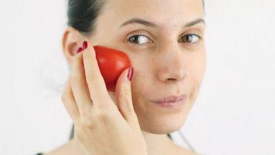 तेलीय त्वचा के लिए फायदेमंद है टमाटर का उपयोग