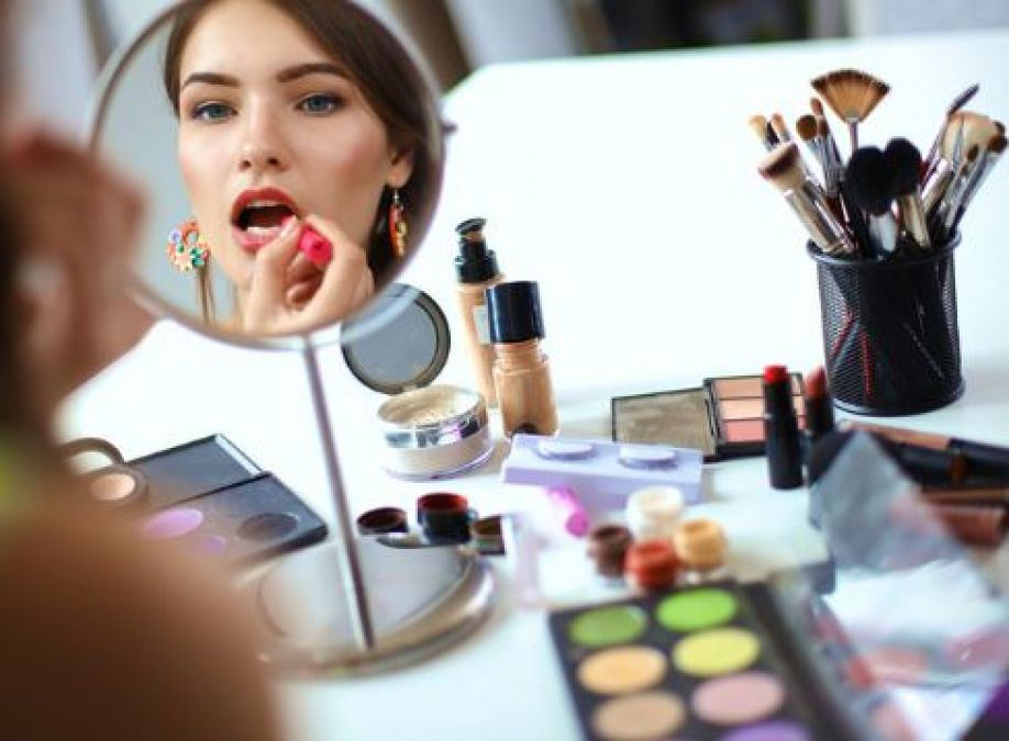 Learn how to do perfect makeup during trave