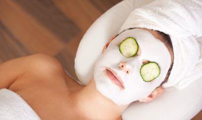 दमकती और खूबसूरत त्वचा पाने के लिए इस्तेमाल करें दही का फेस पैक
