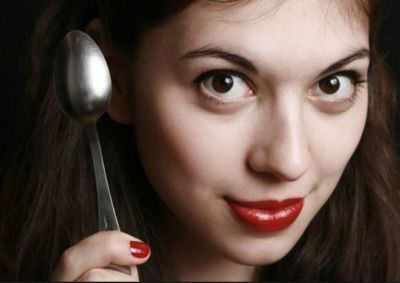 चेहरे की झुर्रियों को कम करता स्पून मसाज