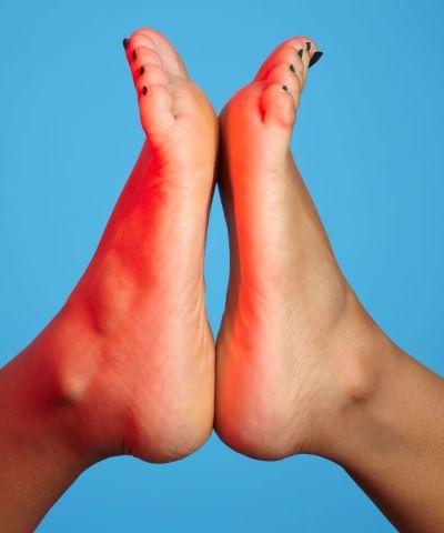 गर्मी में पैर से आती है अधिक बदबू तो ऐसे करें दूर, खुद को शर्मिदा होने से बचाएं