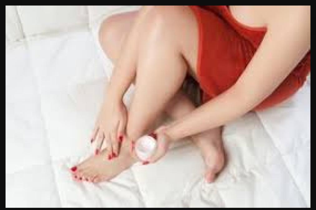 अपने पैरो की एड़ियों को बनाए खूबसूरत इस स्क्रब के साथ , जाने