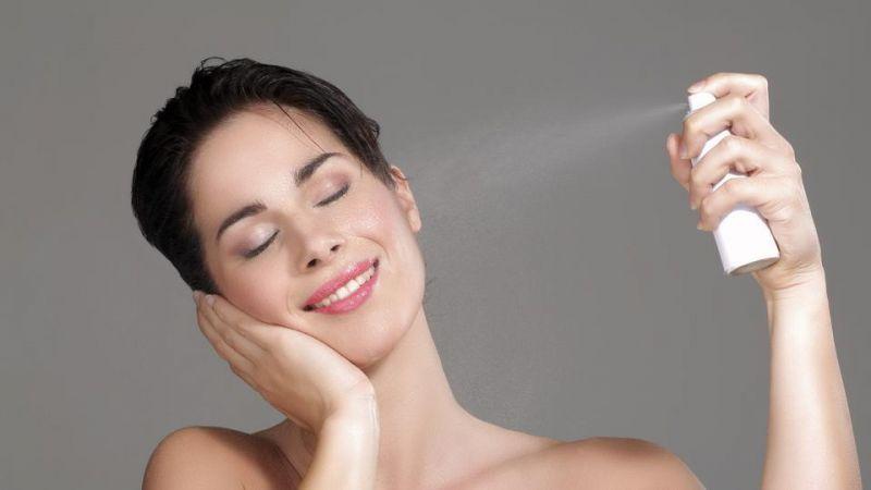 चेहरे की नमी को बरकरार रखने के लिए इस्तेमाल करें होममेड फेस मिस्ट