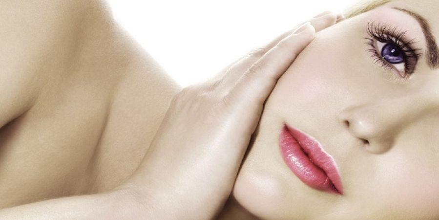 त्वचा को खूबसूरत बनाने के लिए लगाएं चंदन और टमाटर का फेस पैक