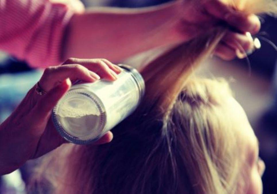 हर रोज़ नहीं धोना बाल तो इस्तेमाल करें ड्राई शैम्पू, इन चीज़ों से का करें इस्तेमाल