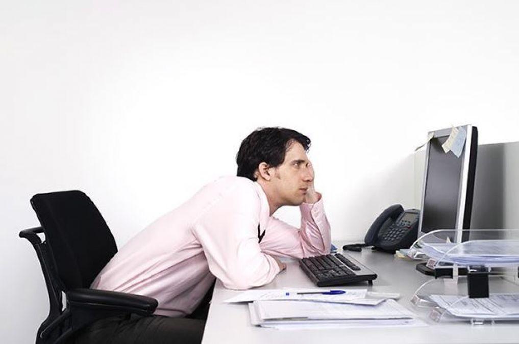 ऑफिस में काम के बीच हो जाते हैं बोर तो इन टिप्स से करें बोरियत दूर
