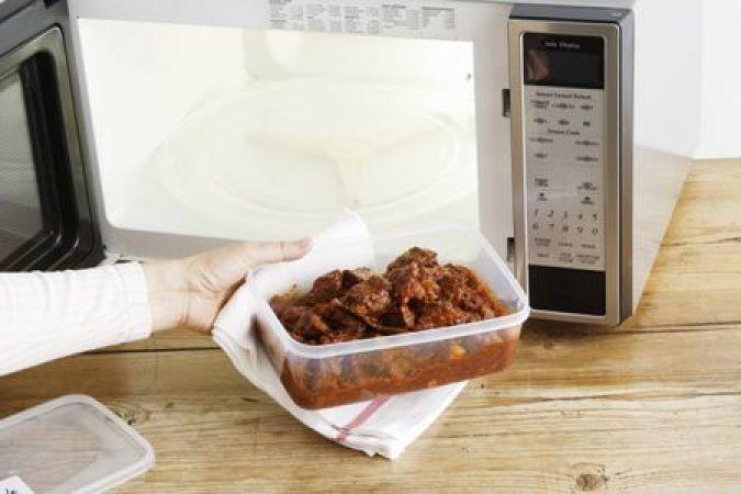 माइक्रोवेव में ना रखें ये बर्तन, खाना हो जायेगा खतरनाक