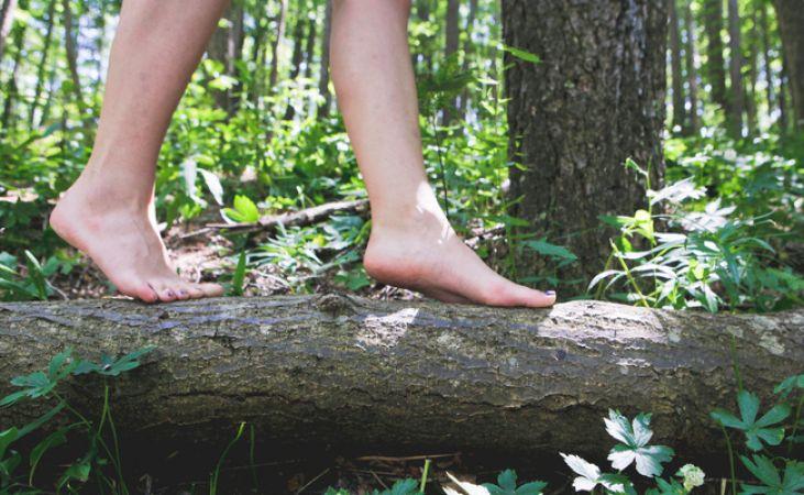 आपकी सेहत के लिए इतना फायदेमंद है नंगे पैर चलना