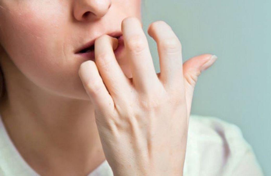 नाख़ून चबाने की आदत आपको दे सकती है कैंसर