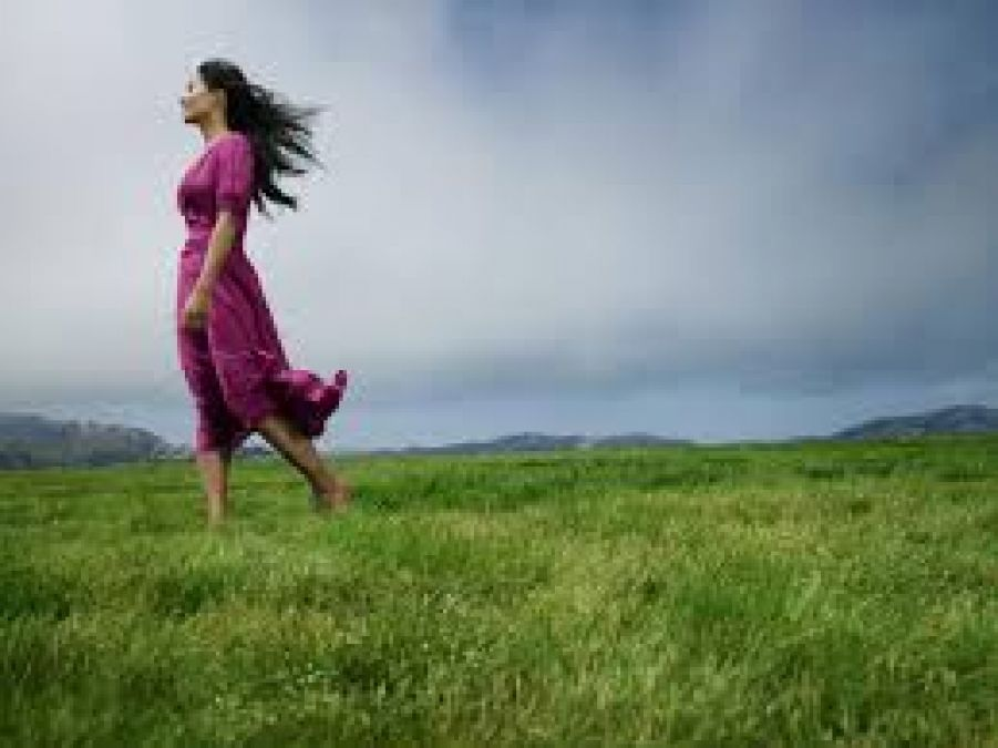 घास पर नंगे पैर चलने से दूर होती हैं बीमारियां