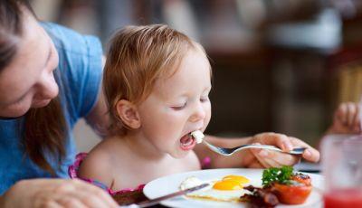 बच्चों में ऐसे डालें हेल्दी फ़ूड की खाने की आदत