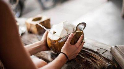 पथरी की बीमारी को दूर करने में मदद करता नारियल पानी, जानें अन्य लाभ