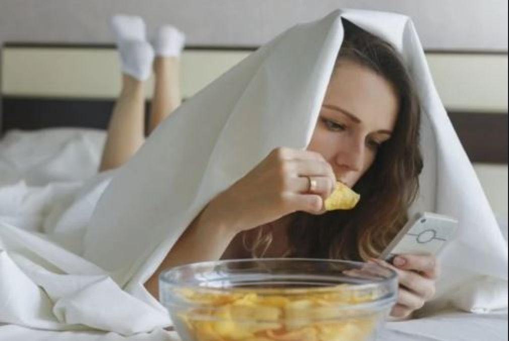बिस्तर में खाना खाने की आदत, पड़ सकती है आप पर भारी