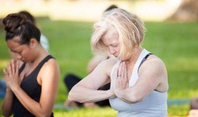 मेनोपॉज में परेशानी से बचने के लिए कर सकते हैं 3 योगासन