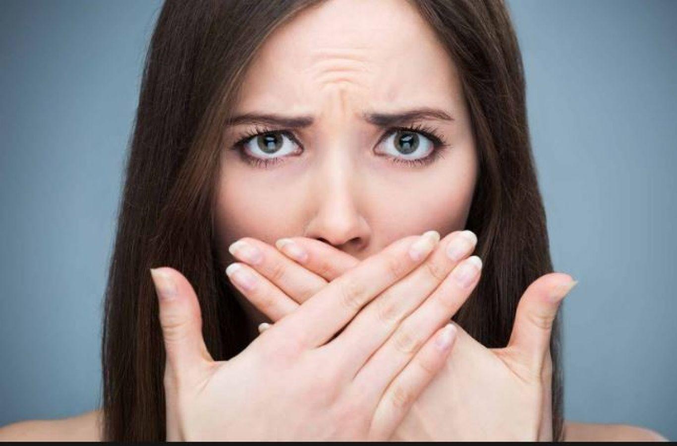 सांस की दुर्गन्ध को इन तरीकों से करें दूर, नहीं होंगी शर्मिंदा