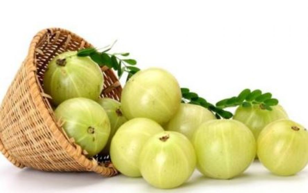 Use amla to get rid of dandruff in monsoon