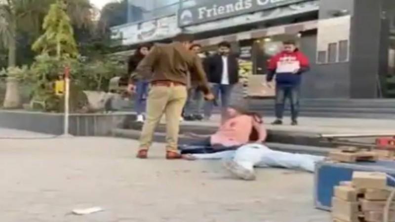 पुलिस ने सरेआम शख्स पर चलाई गोली, वीडियो देखकर रह जाएंगे दंग
