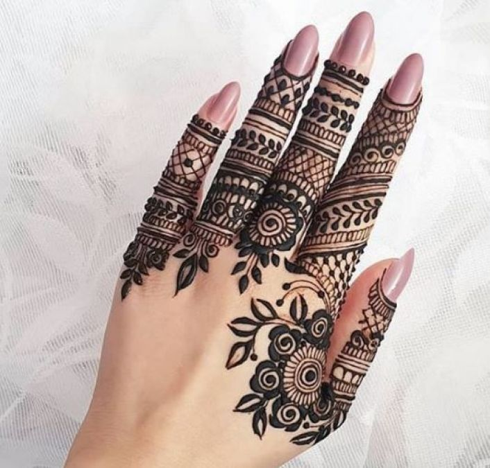 Raksha Bandhan के मौके पर इन मेहंदी डिज़ाइन से सजाएं अपने हाथ