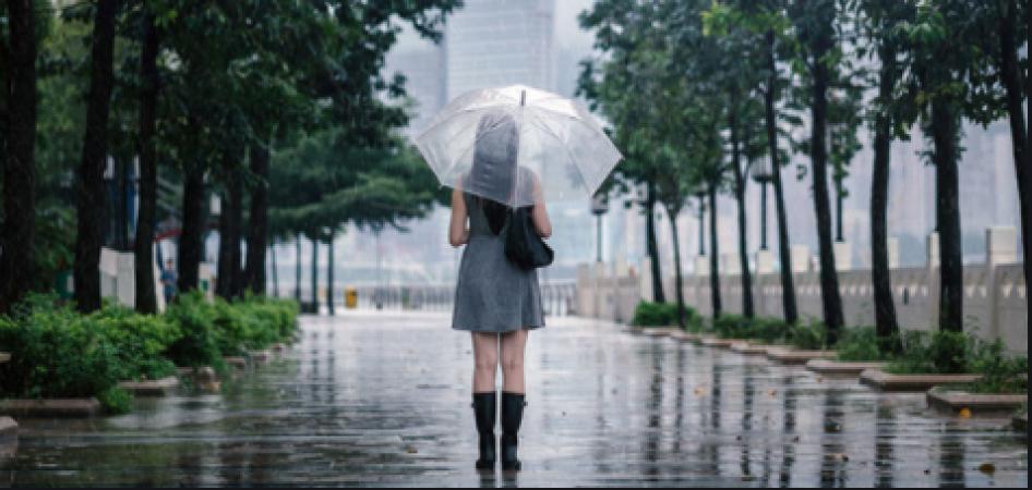 बरसात के मौसम में दिखना चाहती है स्टाइलिश तो ऐसे करें  ड्रेसअप