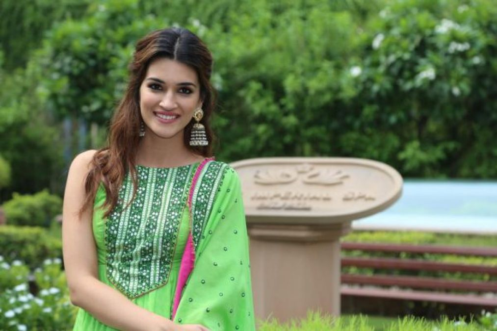 Try this Kriti Sanon's trendy look on the occasion of Rakshabandhan
