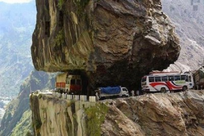These are the world's dangerous roads, which may be scary to walk on