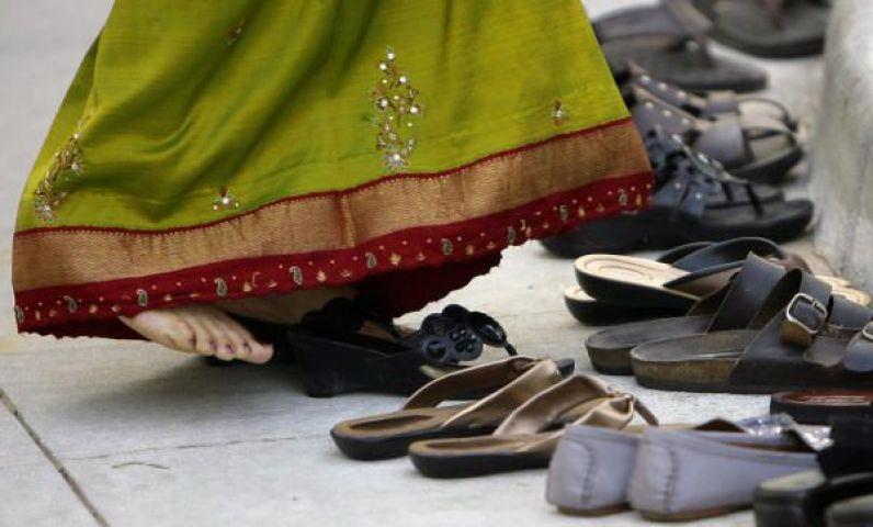 मंदिर में प्रवेश करने के पहले, क्यों उतारे जाते है जूते-चप्पल ?
