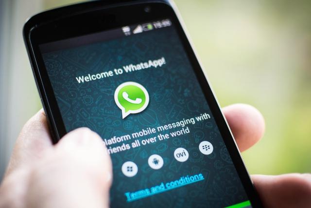 यहाँ हर आदमी क्रांति तो करना चाहता है पर Whatsapp पर