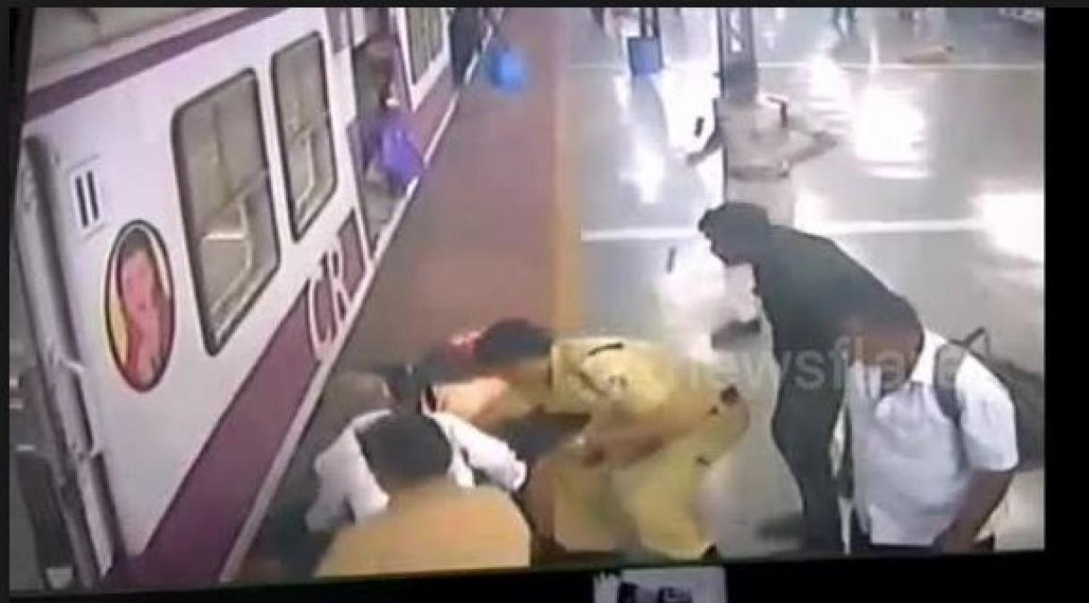 A woman saree gets stuck in Metro train door and dragged her on the platform